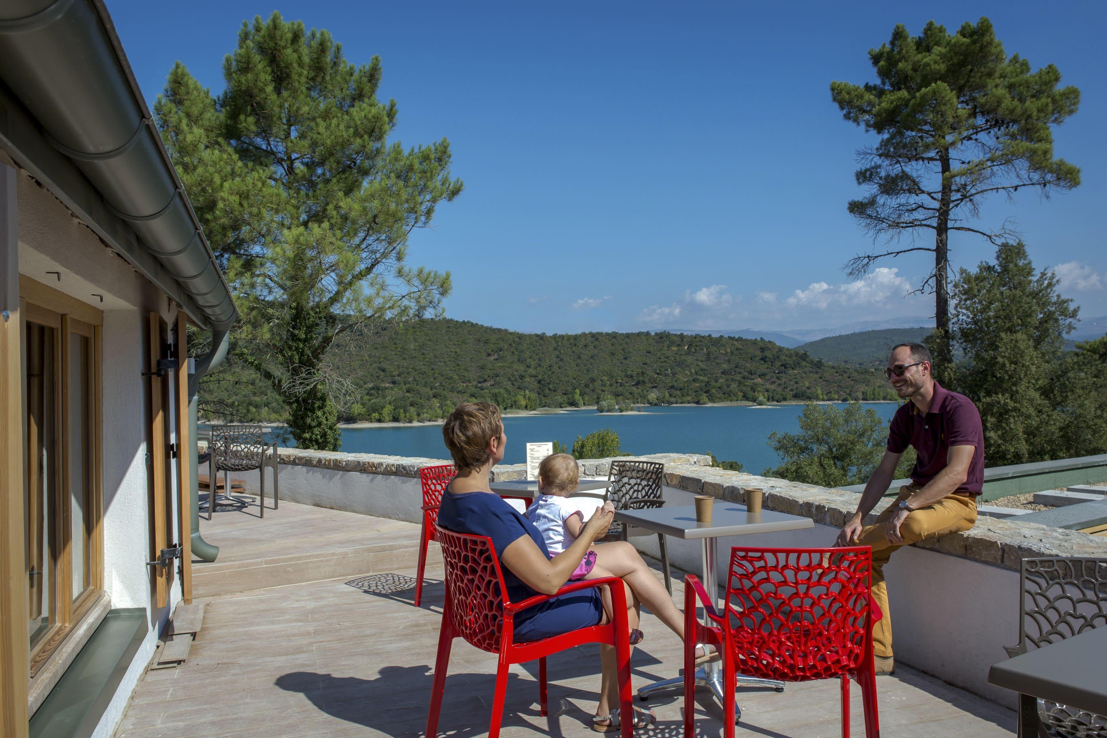 Terrasse de la Maison du Lac de Saint-Cassien