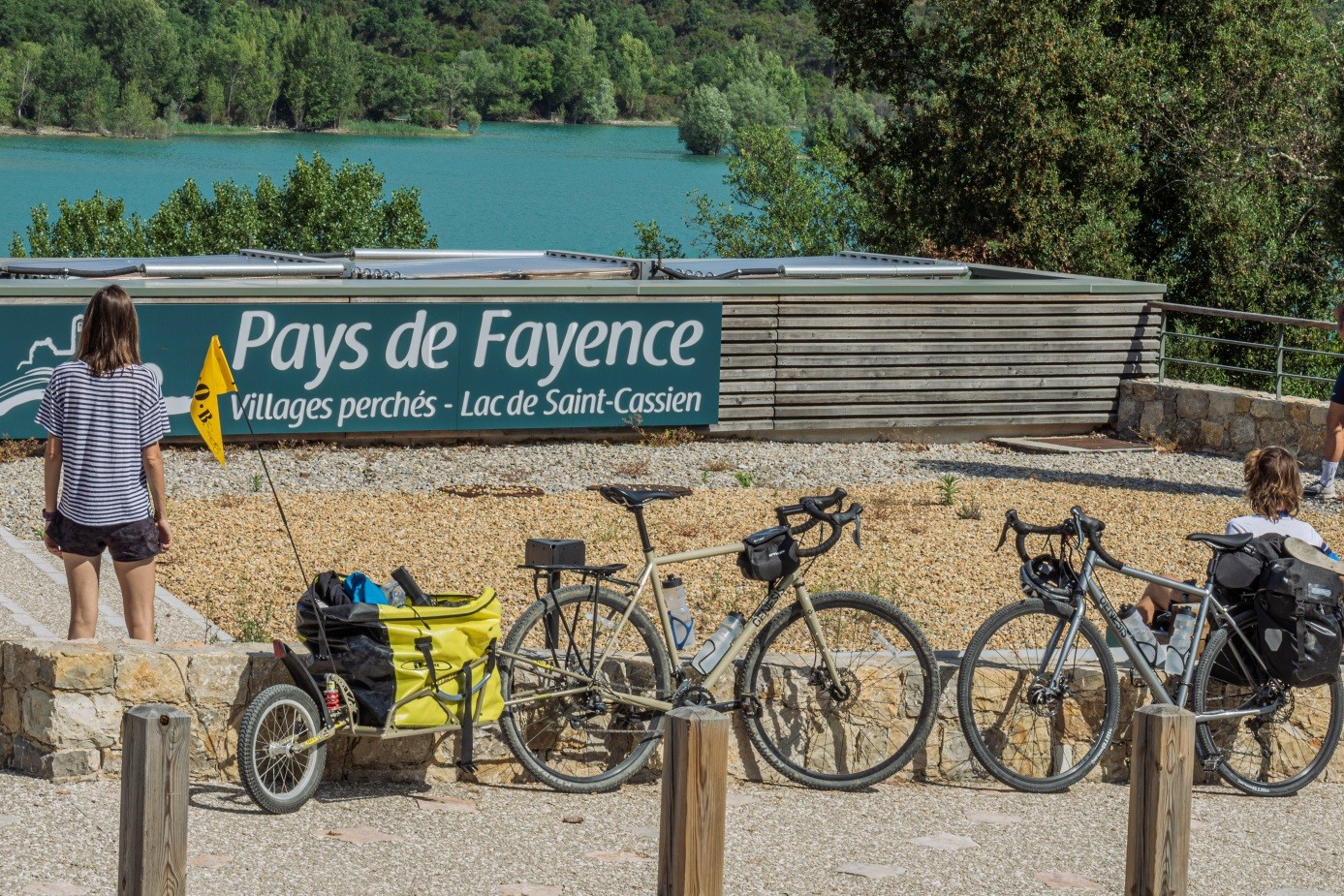 Devant la Maison du Lac de Saint-Cassien